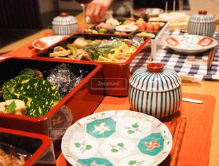 テーブルの上の食べ物のトレイの写真・画像素材[2878335]