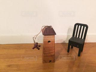 木製のテーブルの前に座っている椅子の写真・画像素材[2979340]