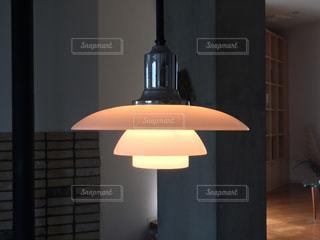 テーブルの上に座っているランプの写真・画像素材[2981267]