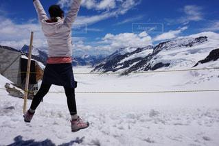 空,雪,屋外,ジャンプ,雪山,山,スイス,海外旅行,アルプス,氷河,山ガール,アレッチ氷河,ヨーロッパ最大氷河