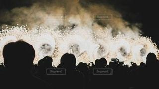 群衆の前に立つ人々のグループの写真・画像素材[2794498]
