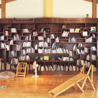 夏,本,読書,図書館,扇風機,木製,本棚,滑り台,すべり台,ライブラリー,夏休み,図書室,木のぬくもり