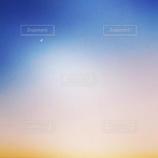 青い空に沈む夕日の写真・画像素材[1283244]