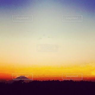 空,夕日,赤,夕焼け,夕暮れ,黄色,夕方,山,日没,夕陽,グラデーション,色彩,夕暮,彩