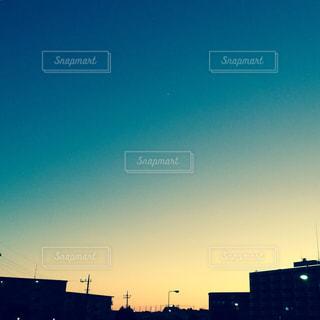 街に沈む夕日の写真・画像素材[1861613]