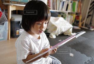 絵本を読むの子どもの写真・画像素材[2555569]