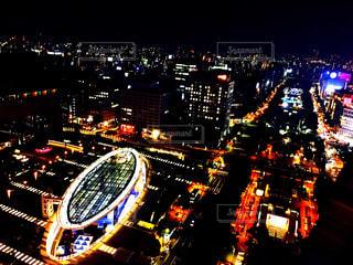 夜のライトアップされた街の写真・画像素材[1874921]