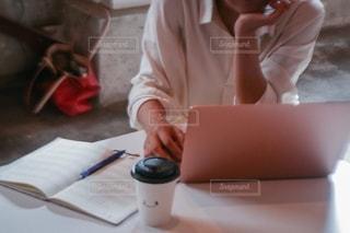 女性,カフェ,ペン,パソコン,ノート,ビジネス,悩む,リモートワーク,ビジネスシーン
