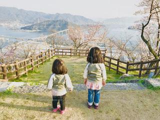 湖の前に立っている女の子の写真・画像素材[1836599]