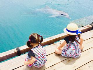 水の中のボートに座っている小さな子供の写真・画像素材[2137638]