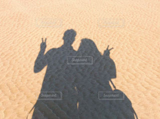 砂浜でピースの写真・画像素材[1996609]