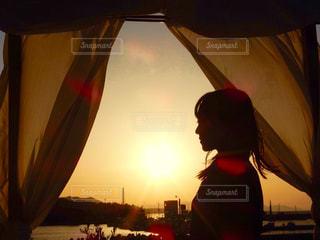 夕日とカーテンの写真・画像素材[1998208]