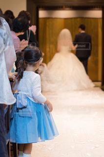 花嫁を見つめる女の子の写真・画像素材[2142894]