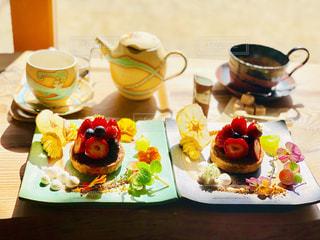 ケーキとフルーツとお花の写真・画像素材[2258172]