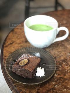 抹茶ラテとケーキの写真・画像素材[2258182]