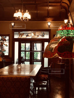 カフェ,赤,窓,光,スタンドライト,テーブル,灯り,ステンドグラス,フィルム,ブラウン,フィルム写真,木の温もり,ペンダントライト,イス,フィルムフォト,レトロな写真