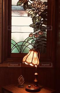 ステンドグラスとランプの写真・画像素材[2460273]