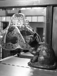 猫の置物とランプの写真・画像素材[2460349]
