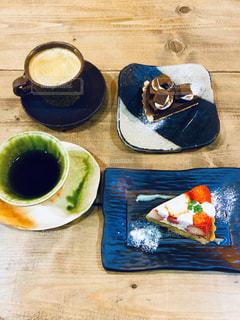 テーブルの上の食べ物の皿の写真・画像素材[2734080]