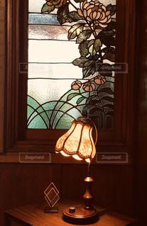 ランプとステンドグラスの写真・画像素材[2826801]