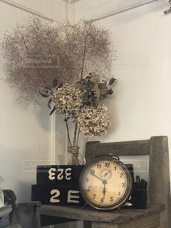 レトロな置き時計とドライフラワーの写真・画像素材[2833817]