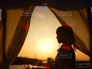 女性,風景,空,屋外,太陽,夕焼け,夕暮れ,茶色,カーテン,シルエット,オレンジ,光,人,旅行,レジャー,ベージュ