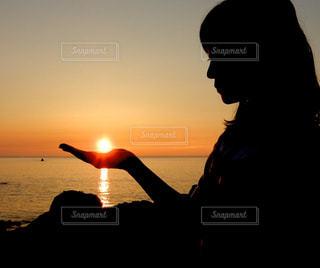 手のひらを太陽にの写真・画像素材[2859026]