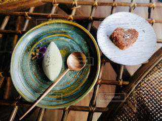 木製のテーブルにアイスとチョコの写真・画像素材[2871562]