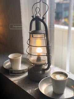 ランプとコーヒーの写真・画像素材[2893343]