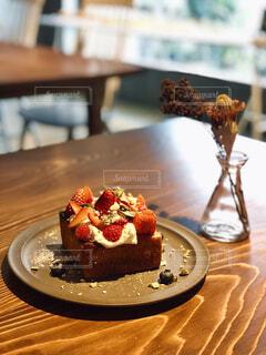 苺の食パンと一輪刺しの写真・画像素材[4313270]