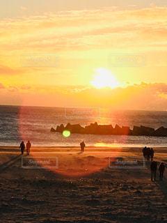 自然,風景,海,冬,屋外,太陽,朝日,雲,砂浜,黄色,海岸,鮮やか,新年,初日の出,yellow,テトラポット