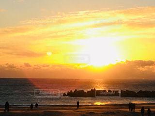 自然,風景,海,空,冬,屋外,太陽,朝日,ビーチ,雲,砂浜,黄色,水面,海岸,鮮やか,新年,初日の出,yellow,テトラポット