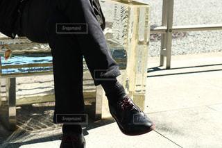 歩道の上に立っている人の写真・画像素材[1840226]