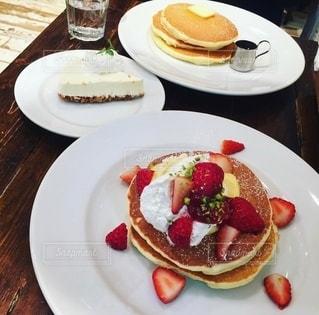 テーブルな皿の上に食べ物のプレートをトッピングの写真・画像素材[1882434]