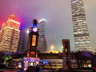 建物,夜,夜景,ビル,海外,都会,ライトアップ,旅行,中国,時計台,明るい,上海,海外旅行,中華人民共和国,Shanghai
