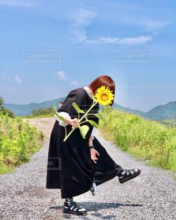 花,カメラ女子,ひまわり,撮影,向日葵,人物,人,ボブ,イエロー,一眼レフ,カラー,色,黄,古着,フィルムカメラ,古着女子