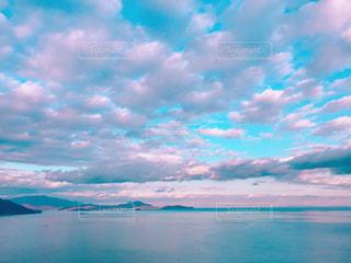 水体の上空で雲のグループの写真・画像素材[1861713]