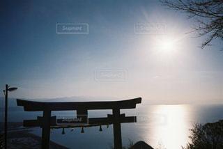水の体に沈む夕日の写真・画像素材[1861736]