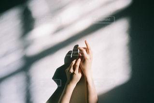 光と手と影の写真・画像素材[1869514]