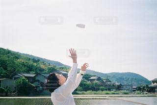 20代,風景,空,夏,カメラ,カメラ女子,コーヒー,屋外,緑,白,青,散歩,田舎,山,女子,人物,人,田んぼ,ポートレート,フィルム,お散歩,コーヒー牛乳,フィルムカメラ,日中,Konicac35