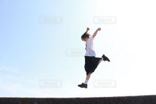 フリスビーを投げる男の写真・画像素材[2274879]