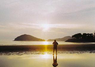 海,夕日,太陽,赤,砂,ビーチ,砂浜,夕焼け,景色,女子,日常,光,レトロ,人物,人,写真,ナチュラル,フィルム,雰囲気,フィルムカメラ,お出かけ,自然光,お出掛け,ootd,フィルム写真,フォト,ハーフ,ハーフカメラ,フィルムフォト,日常写真