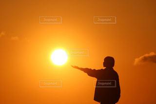 女性,風景,空,カメラ,カメラ女子,屋外,太陽,朝日,晴れ,シルエット,オレンジ,光,人,日の出,快晴,早朝,一眼レフ,無加工