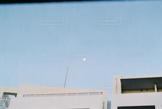 自然,風景,空,白,青,ベランダ,街,月,青色,日中,窓から,テキスト,青と白,部屋から見る月