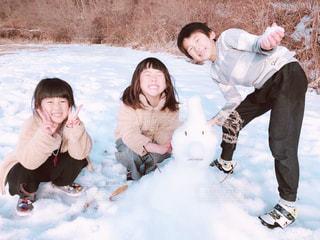 家族,冬,雪,子供,雪遊び,雪だるま,兄弟,思い出,兄妹,積雪,銀世界,冬休み,冬の思い出