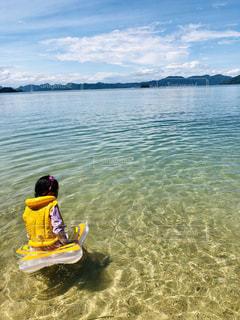 水域の上の小さな黄色いボートの写真・画像素材[2341618]