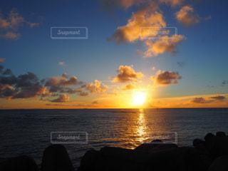 水の体に沈む夕日の写真・画像素材[1860761]