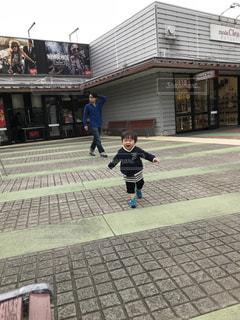 屋外,走る,道,元気,赤ちゃん,ランニング,少年,男の子,息子,頑張れ,一歳