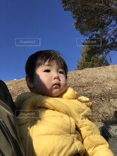 子ども,屋外,青空,黄色,人物,人,赤ちゃん,少年,男の子,一歳