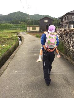 道を歩いている男女の写真・画像素材[2216555]